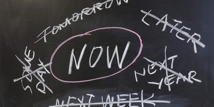 ریشه های اهمال کاری: علت های به تاخیر انداختن کارها چیست؟