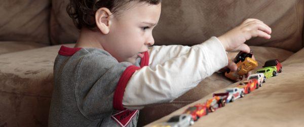 اوتیسم چیست : اطلاعات، عوامل، مشخصات، نشانه ها، پیشنهادات
